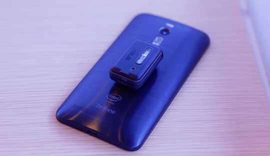 Asus-Zenfone-2-with-Zenflash-and-LolliFlash-accessories