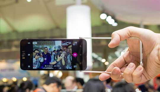 Asus-ZenFone-Selfie-with-Selfie-Swing-Accessory-to-take-a-Selfie